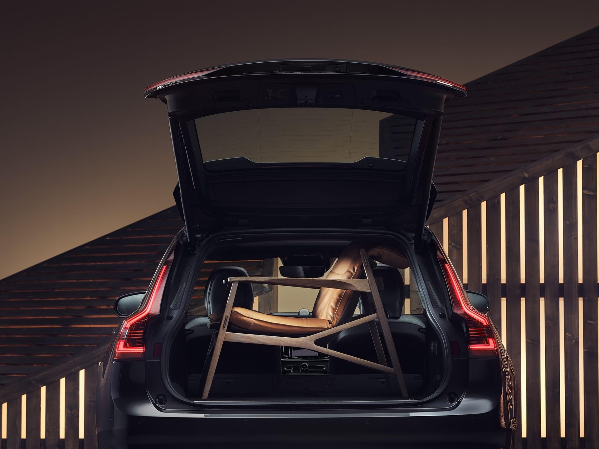 Der Kofferraum eines Volvo V90, ausgefüllt mit einem braunen eleganten Sessel.