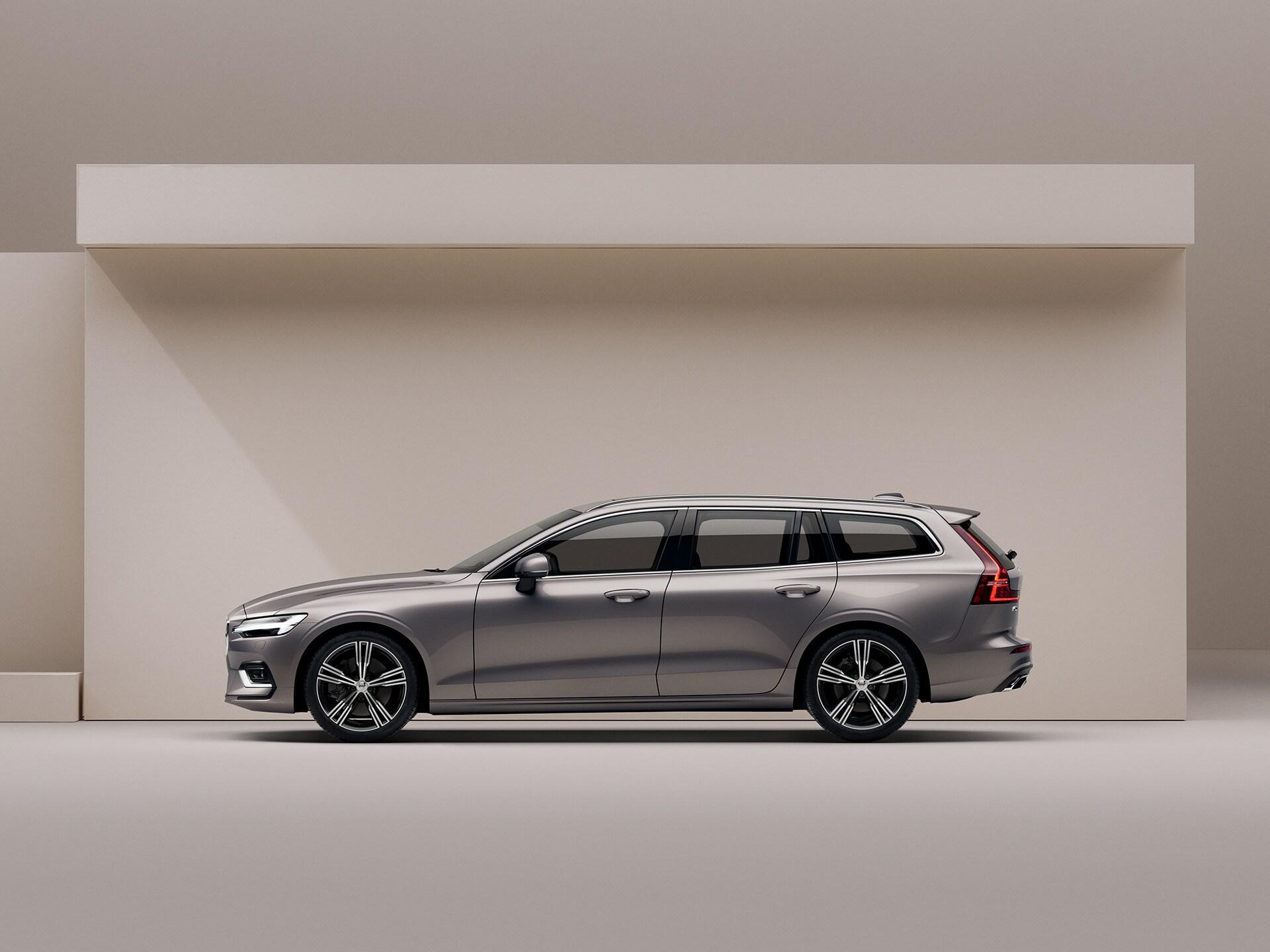 Ein beigefarbener Volvo V60, der in einer beigefarbenen Umgebung geparkt ist