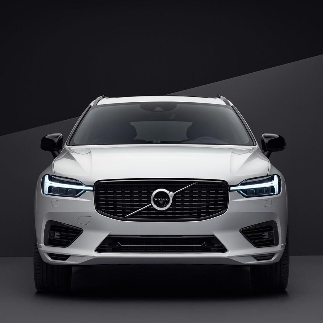 Die Frontpartie eines weissen Volvo XC60 in schwarzer Umgebung