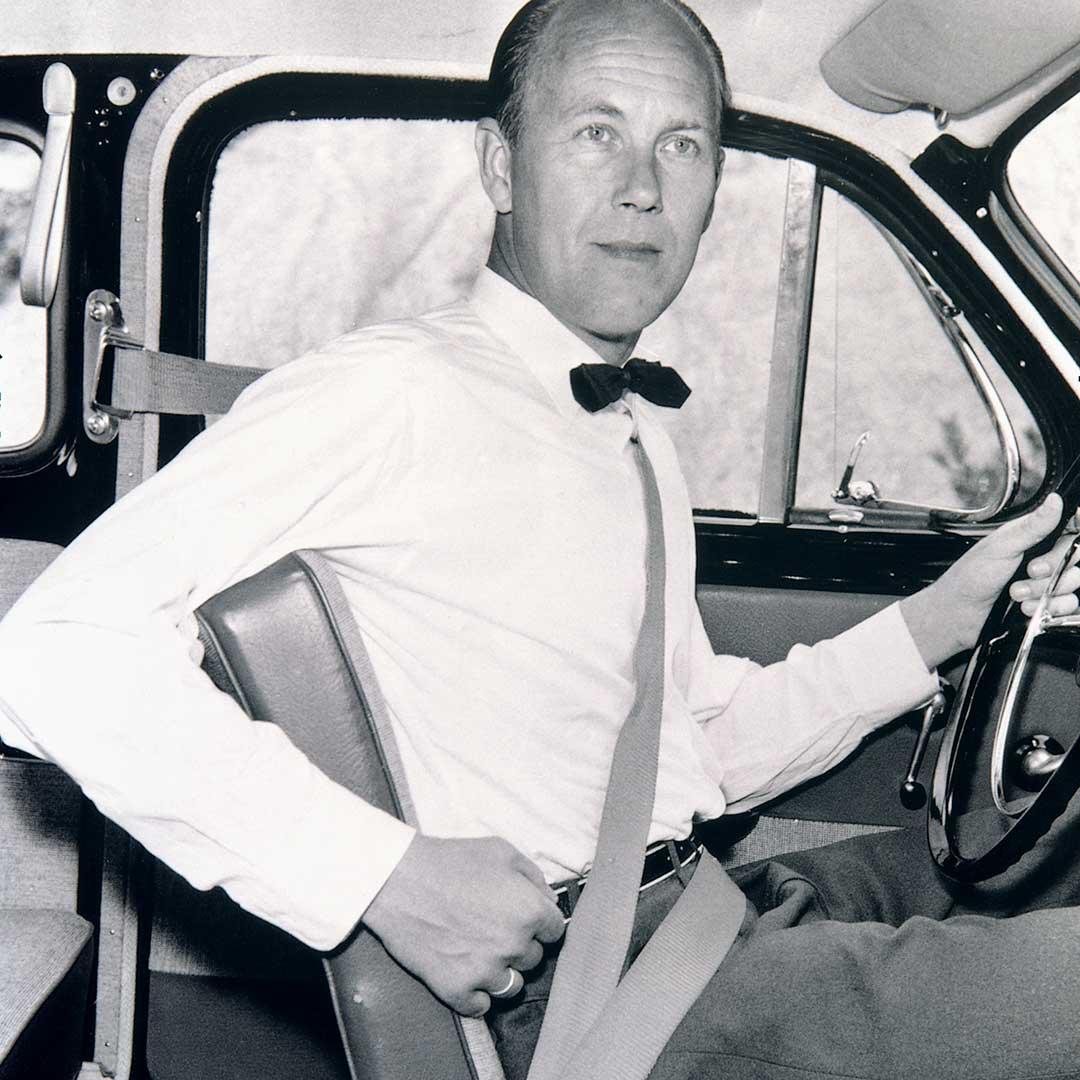 Der 3-Punkt-Sicherheitsgurt wird von seinem Erfinder Nils Bohlin vorgeführt.