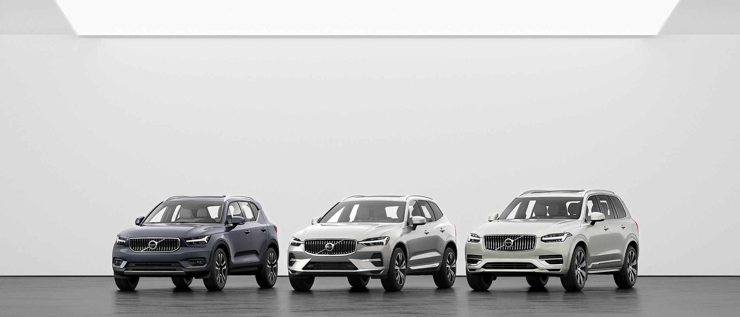 Eine Reihe von Volvo SUVs, XC40, XC60 und XC90 auf einem grauen Boden