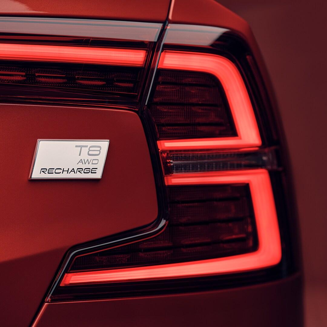 Eine Nahaufnahme der äußeren Rückleuchten eines Volvo S60 Recharge.