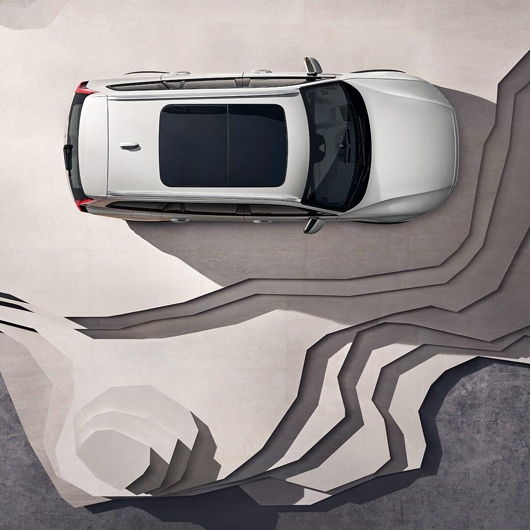 Ein beigefarbener Volvo V60 Cross Country mit Panoramadach