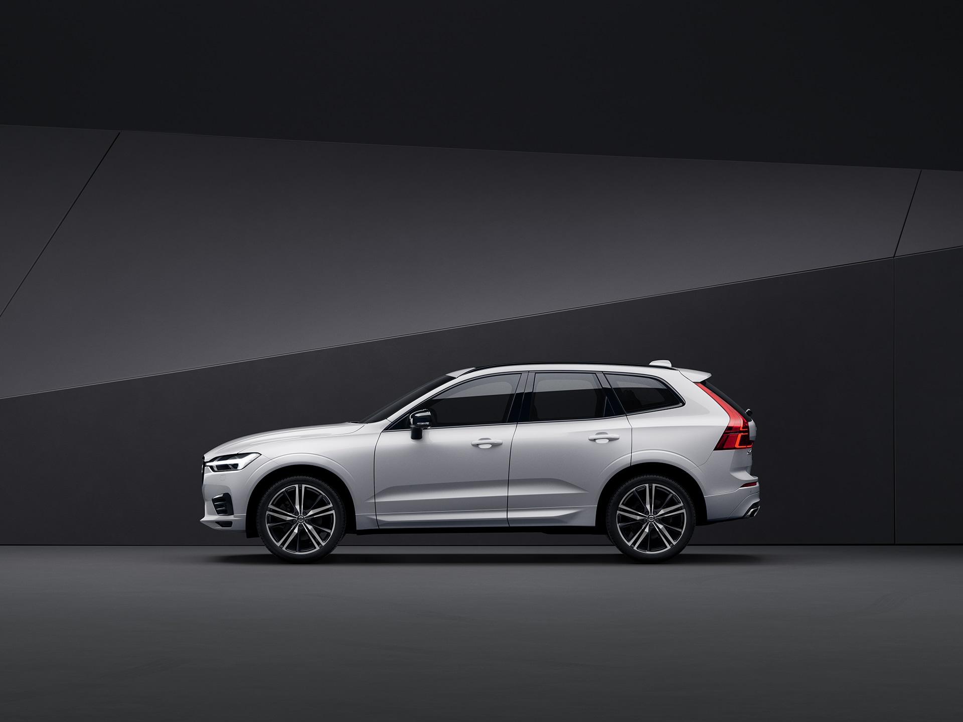 Ein weißer Volvo XC60, der in einer schwarzen Umgebung geparkt ist