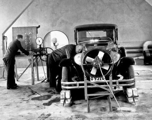 Volvo PV 51 med motorhjelmen åben, og en mand der står ved siden af.