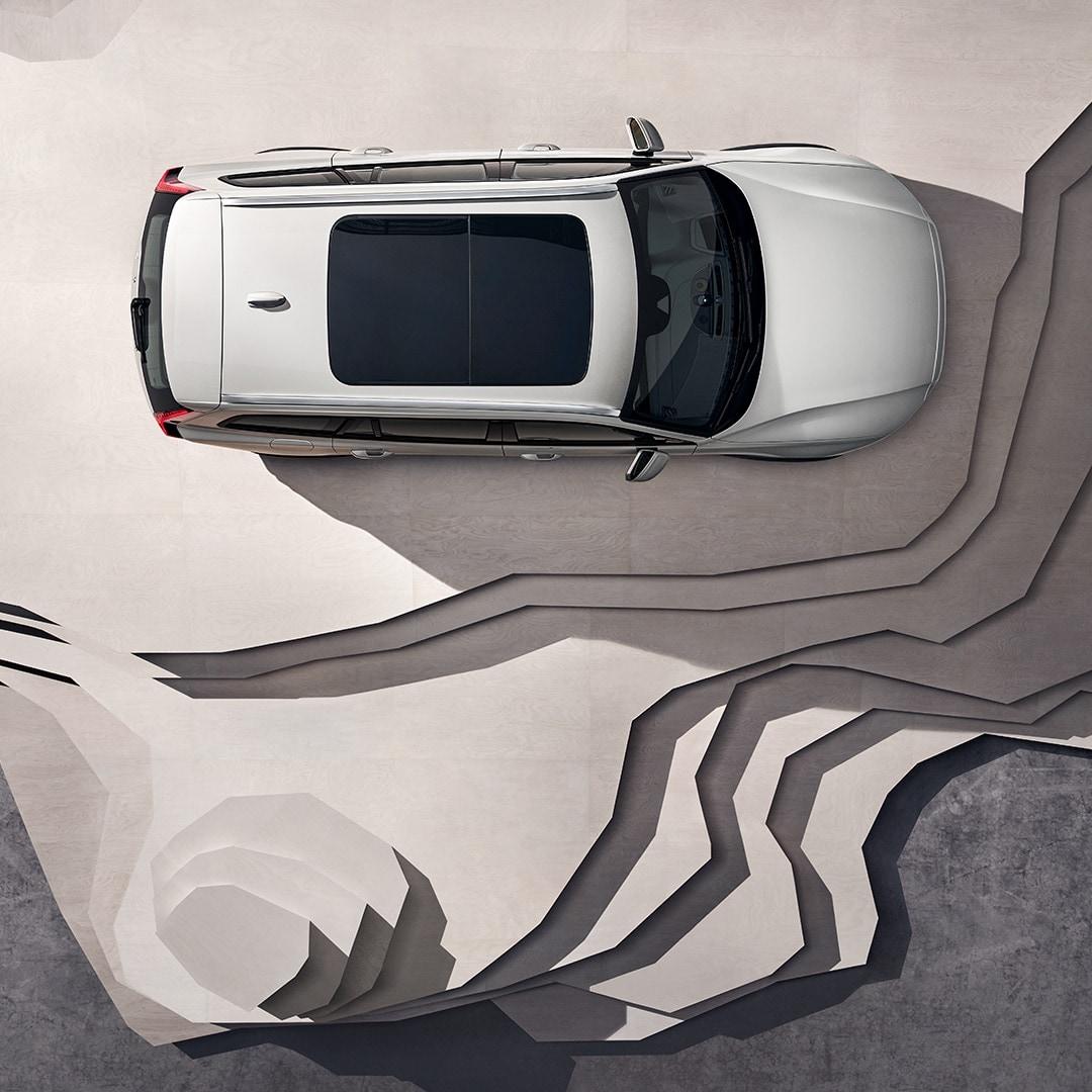 En beige Volvo V60 Cross Country med panoramatag