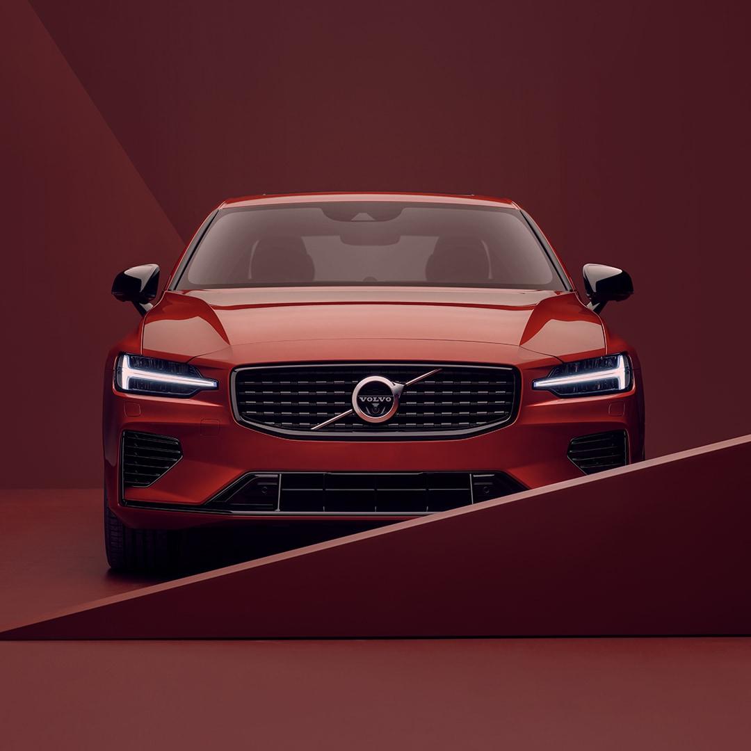 Exterior frontal de un Volvo S60 rojo en un entorno rojo.