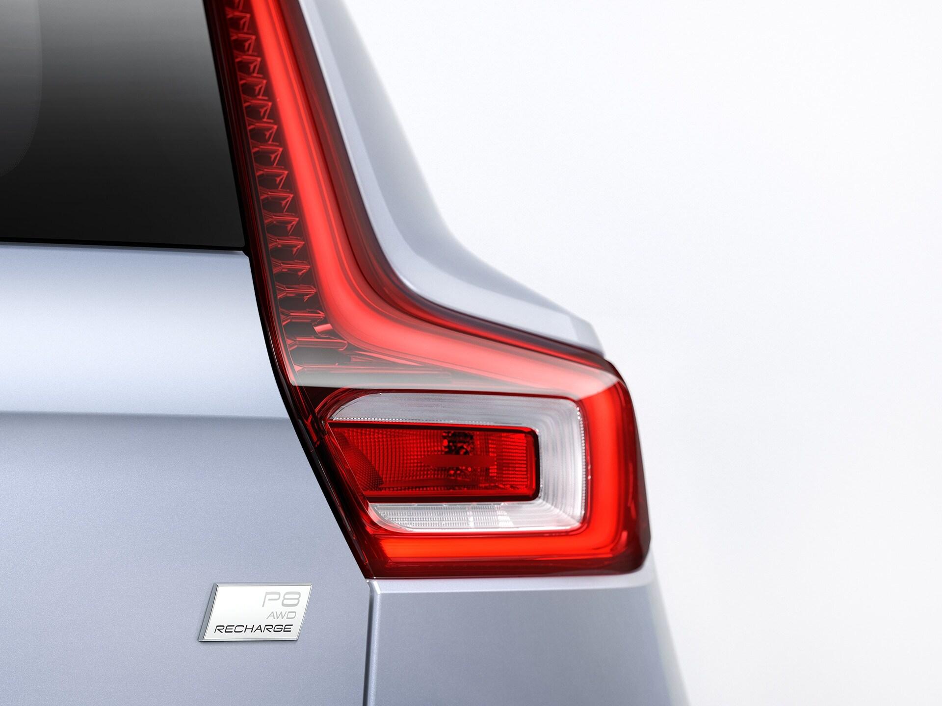 Detalle de la luz trasera derecha y el identificativo Volvo Recharge en un XC40.