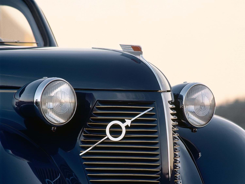 Sección frontal de un Volvo vintage azul oscuro.