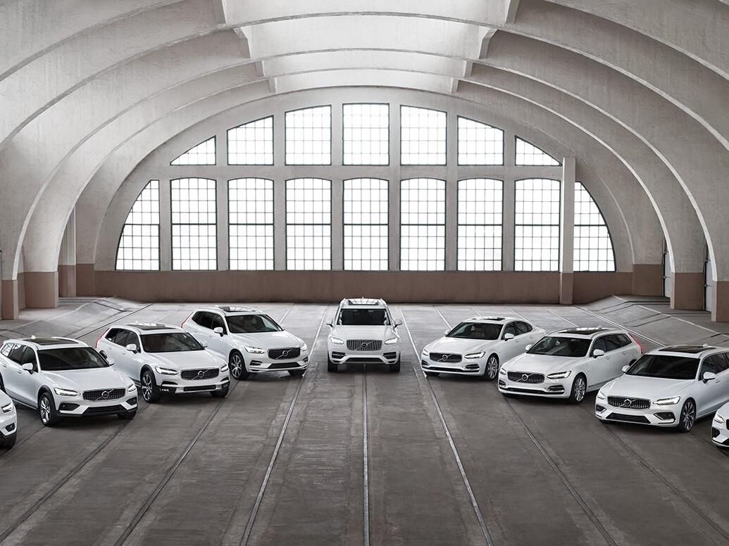 La gama de Volvo Cars aparcada en semicírculo en un espacio interior.
