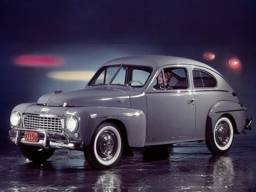 Harmaa Volvo PV 44 lavalla.