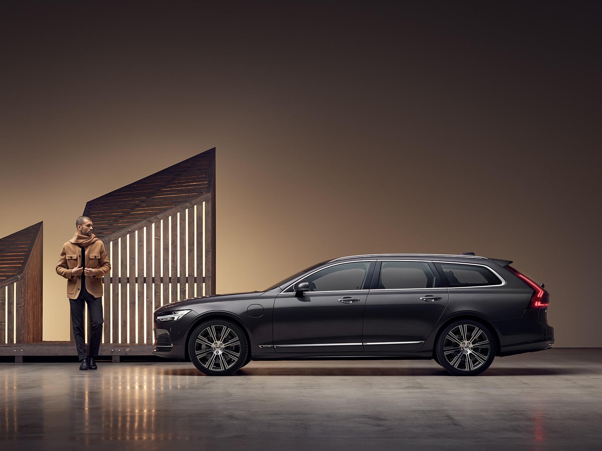 Harmaa Volvo V90 -sähköauto latauksessa