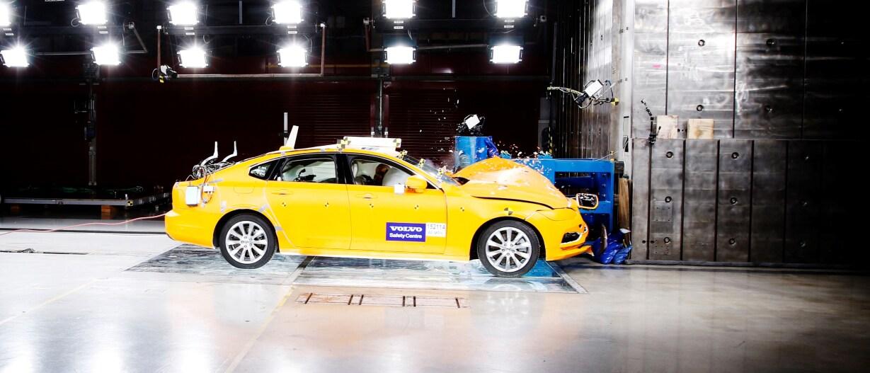 Auton törmäystesti Volvo Carsin turvallisuuskeskuksessa Göteborgissa