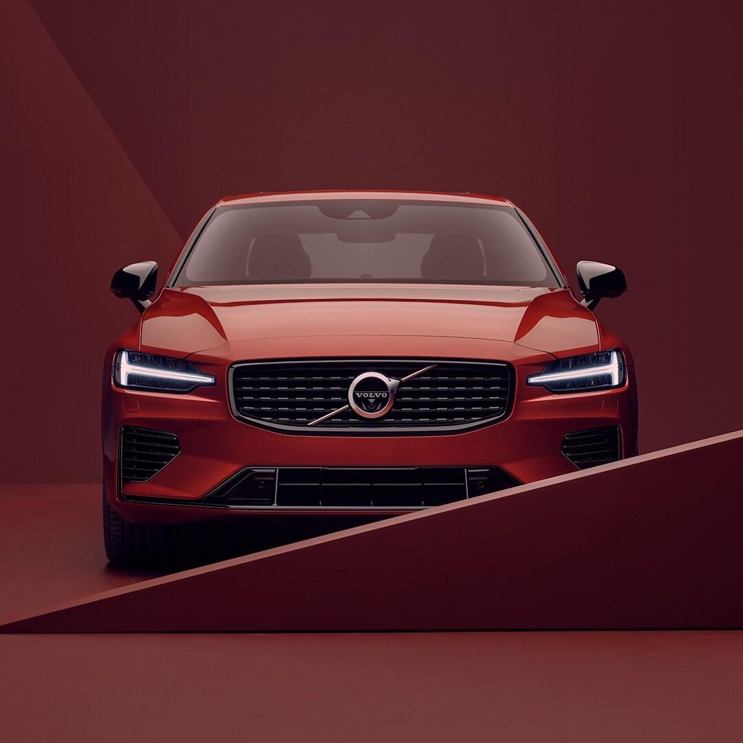 Punaisen Volvo S60 Rechargen ulkopuoli edestä, pysäköity punaiseen ympäristöön