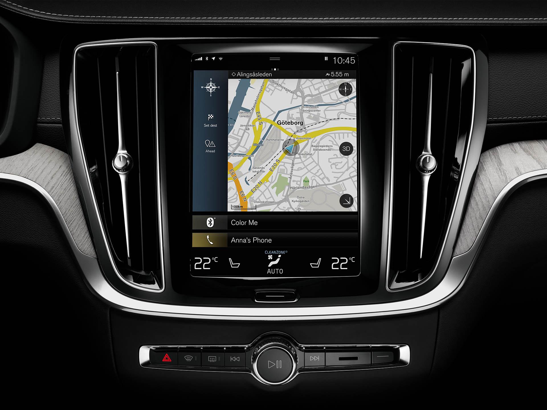 Système de connectivité intégré à l'intérieur d'une Volvo affichant une carte du centre de Göteborg