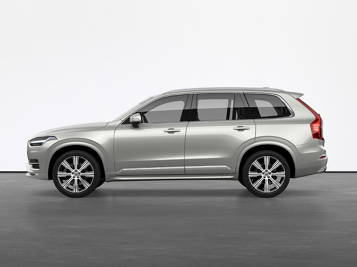 SUV Volvo XC90 Birch Light metallic, immobile sur un sol gris dans un studio