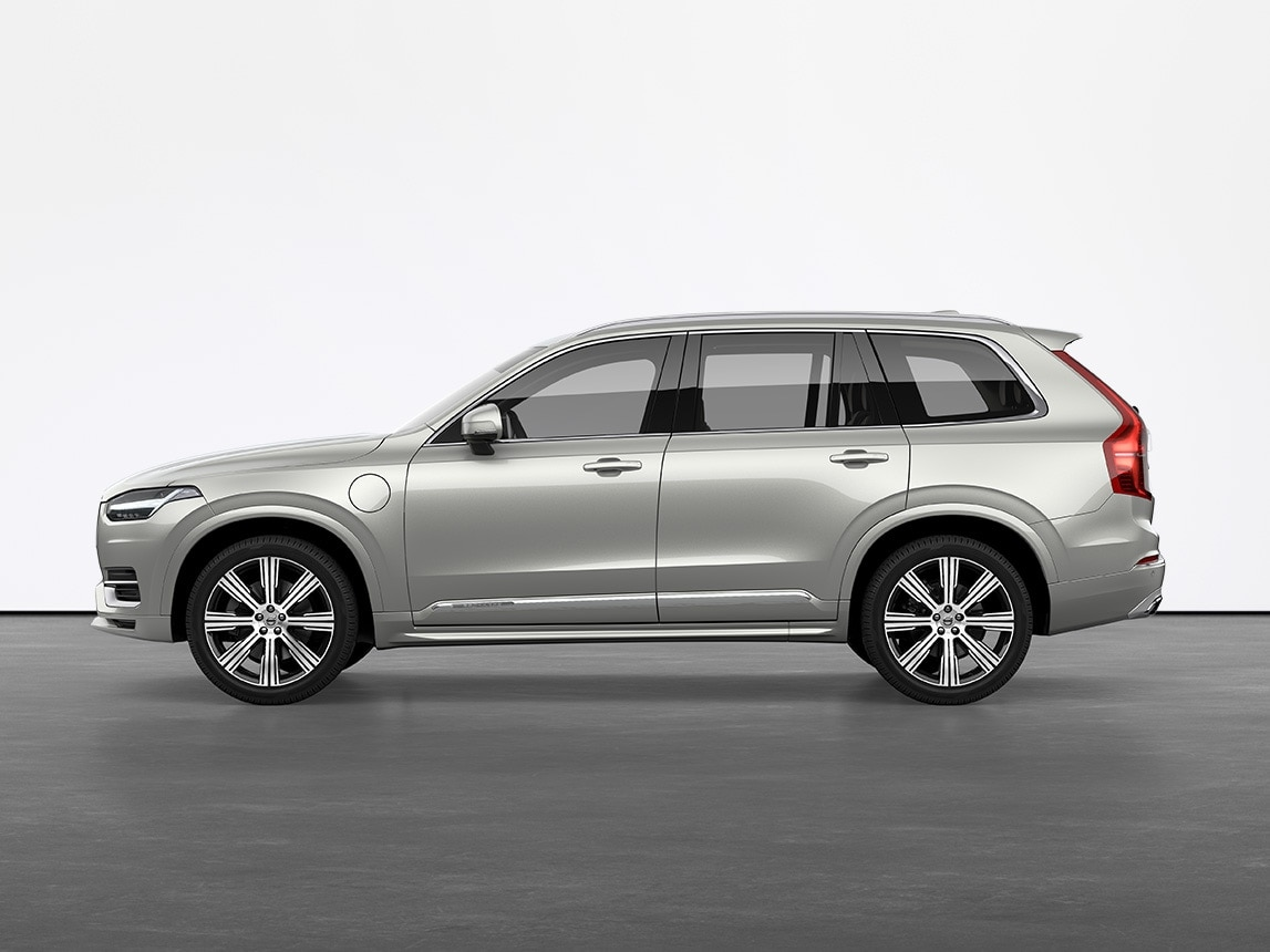 SUV Volvo XC90 Recharge Birch Light metallic, immobile sur un sol gris dans un studio