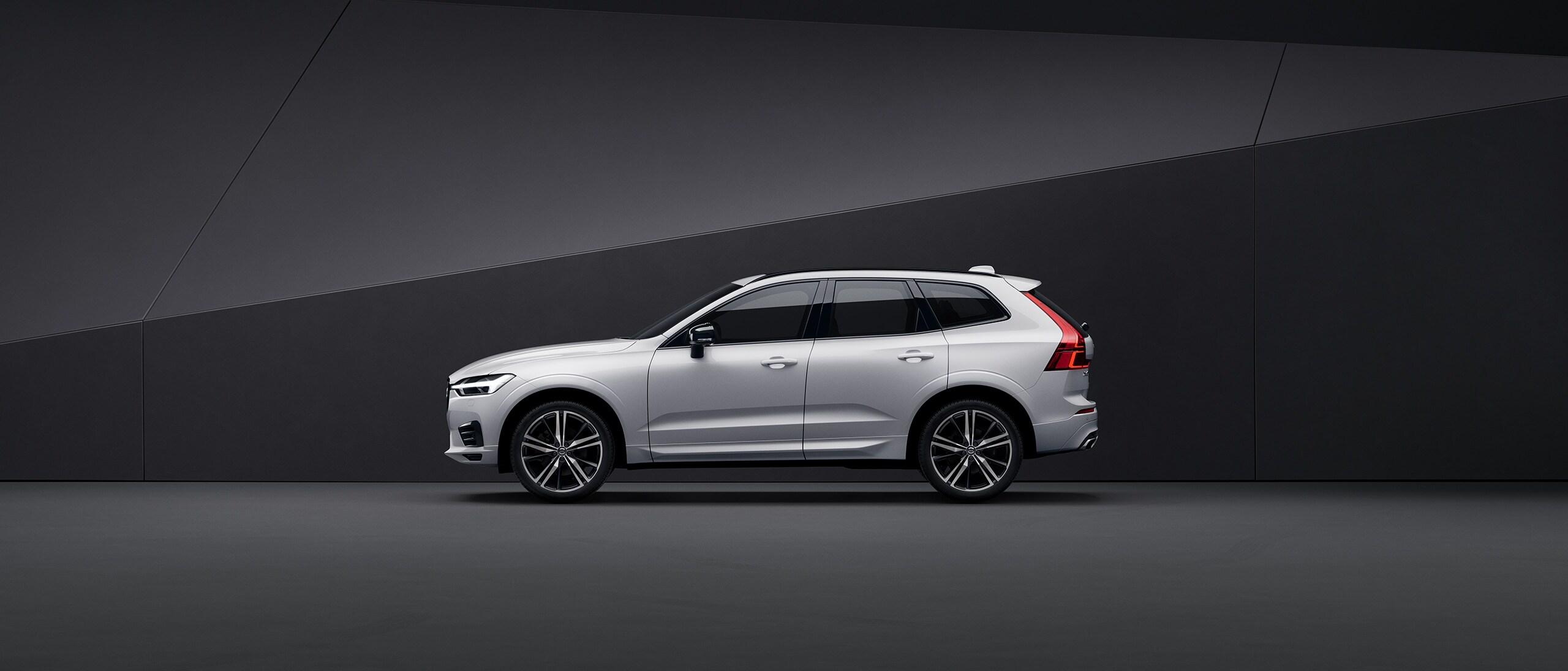 VUS Volvo XC60 blanc, garé dans un environnement noir