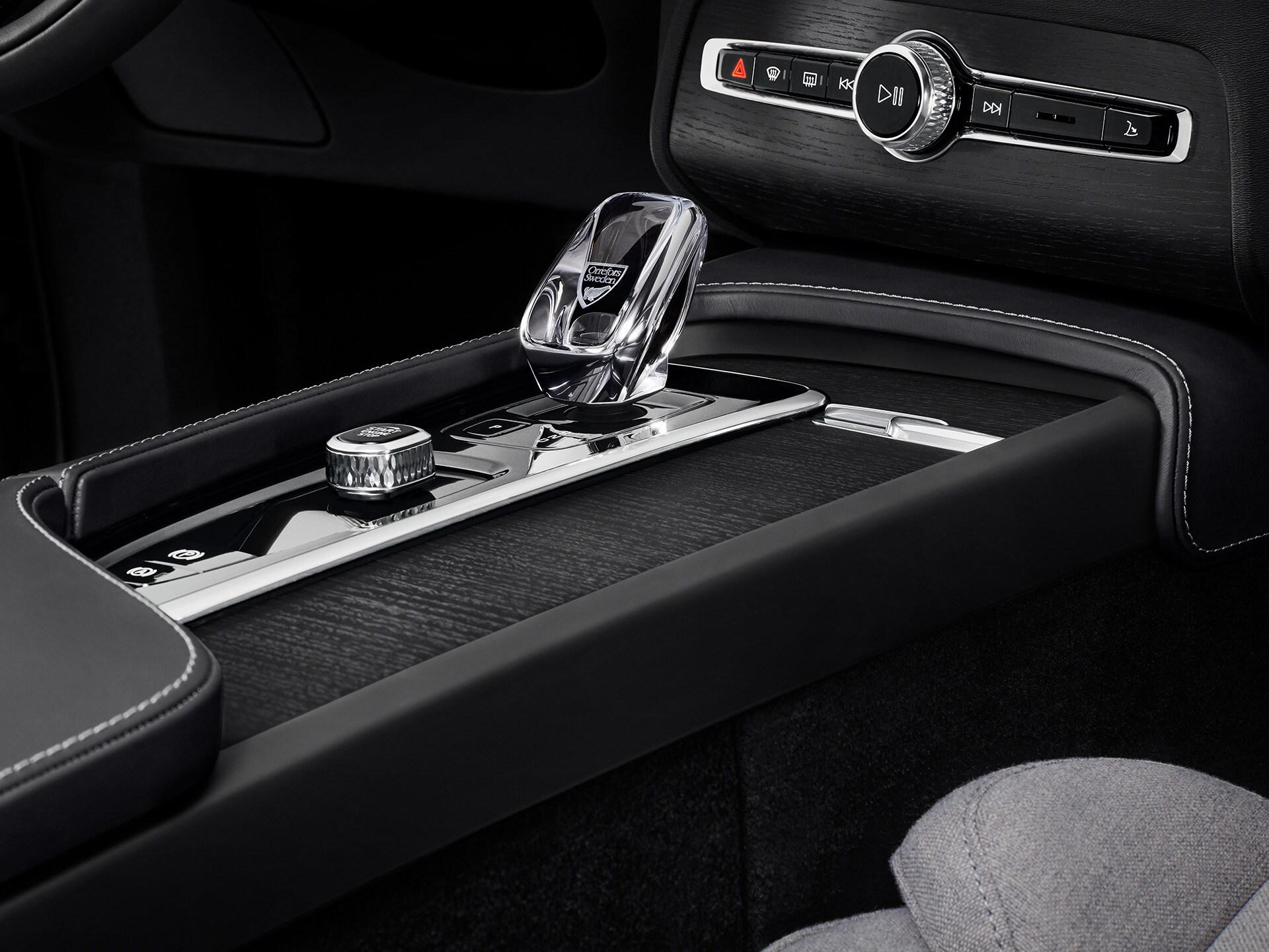 Levier de vitesse en cristal à l'intérieur d'un SUV Volvo
