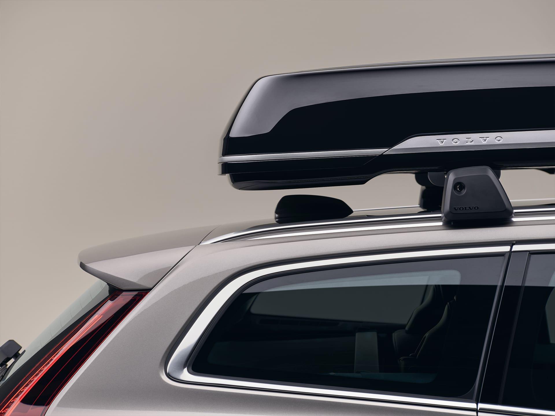 Un break Volvo V60 avec un coffre de toit.