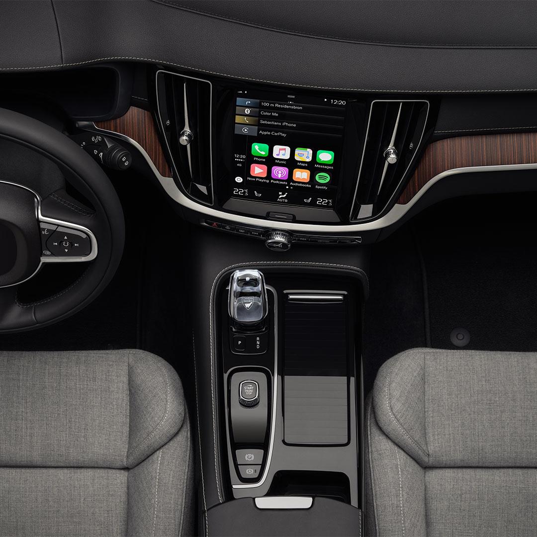 L'intérieur avant d'une Volvo V60 Recharge avec des sièges en mélange de laine grise.