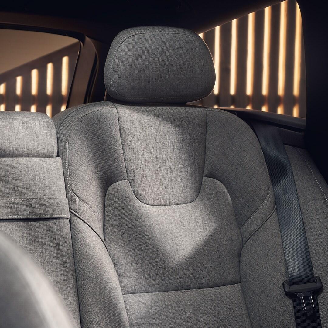 Le design intérieur d'une Volvo V90 Recharge, sièges en mélange de laine grise.