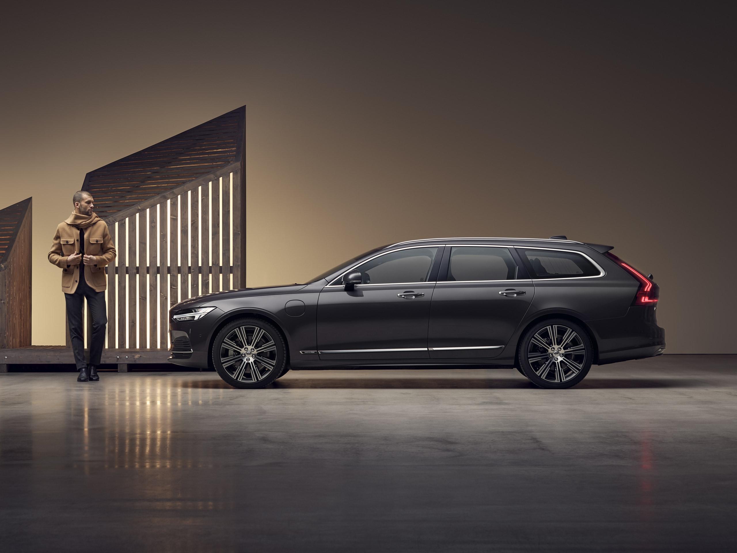 Homme devant un break Volvo V90 Recharge