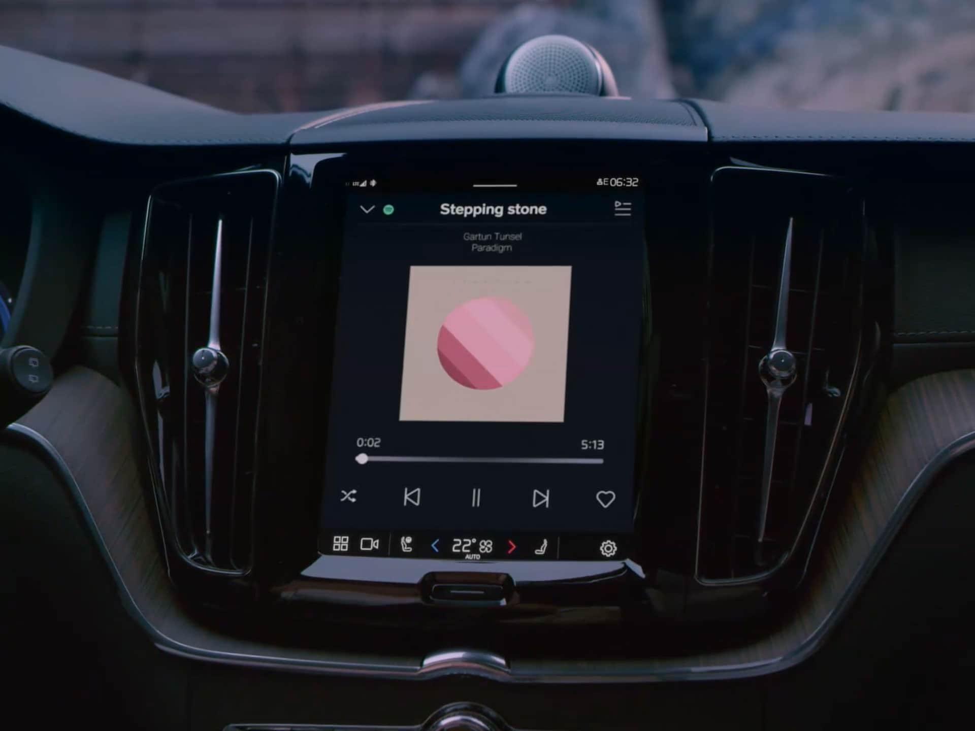 Commande vocale grâce à Google Assistant dans un Volvo XC60.