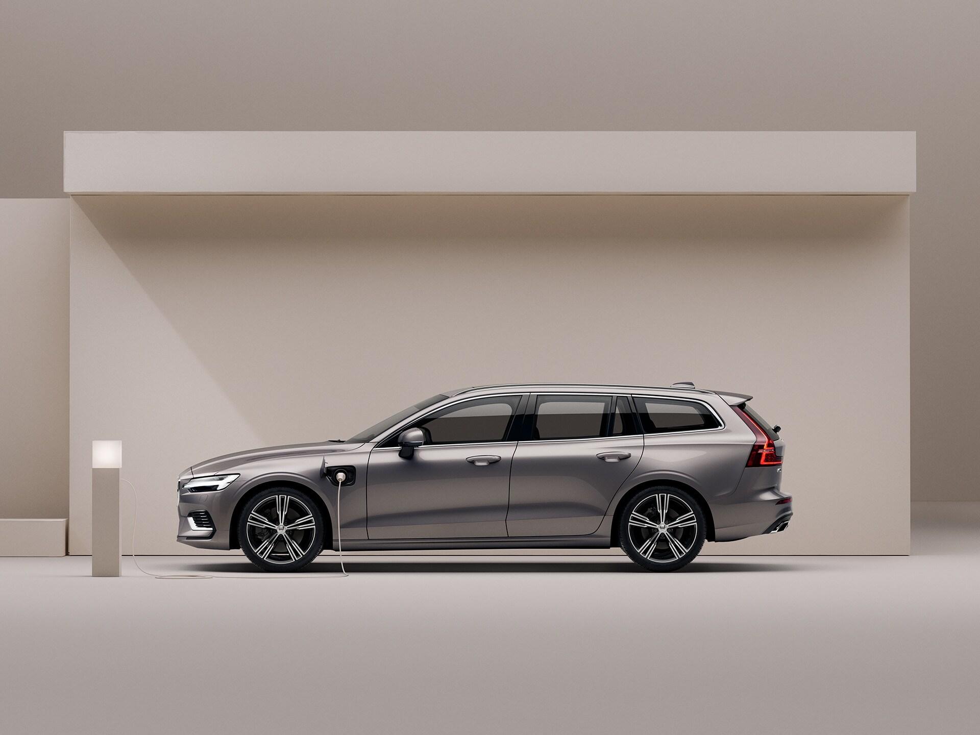 Break Volvo V60 hybride Recharge beige, en charge dans un environnement beige