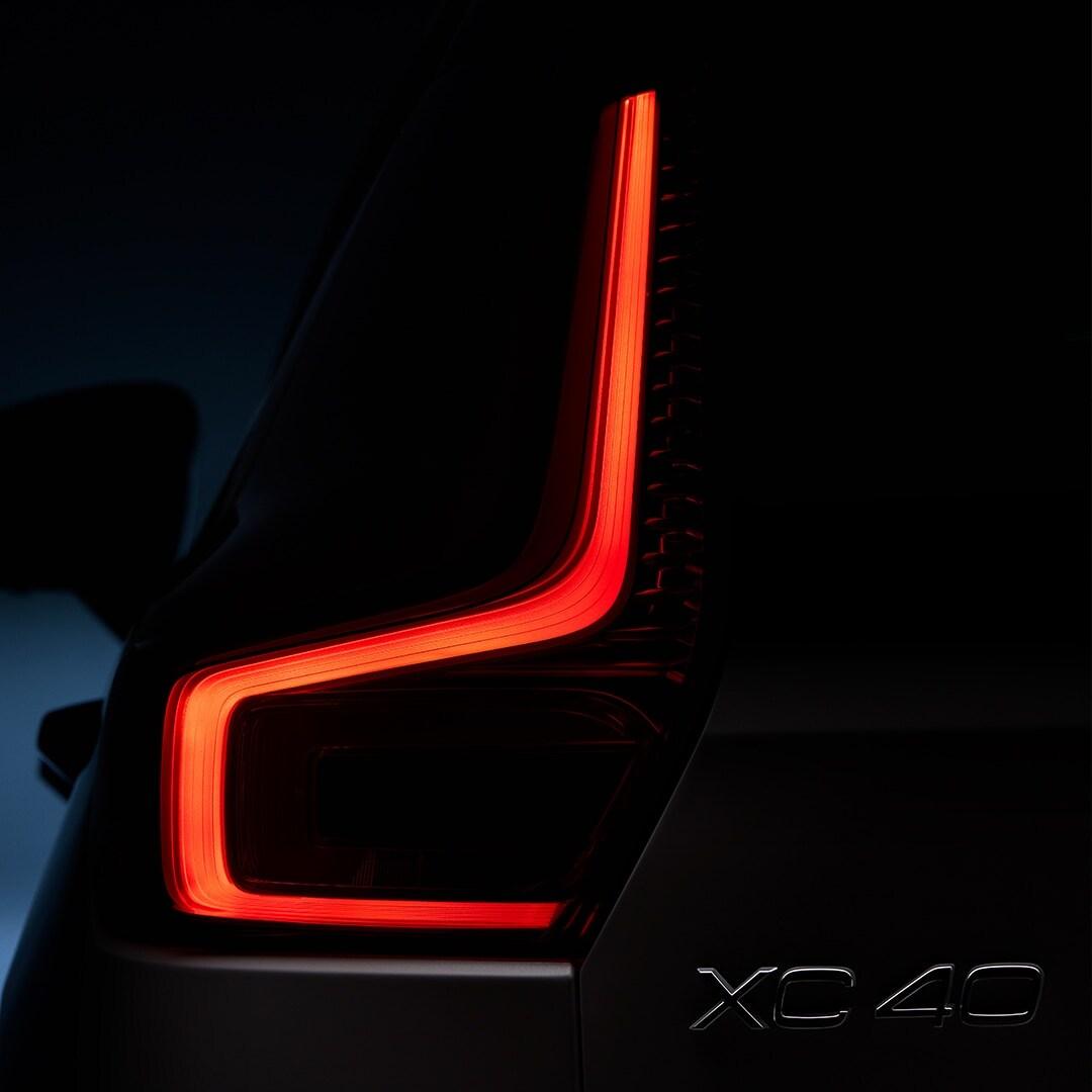Feu arrière d'un SUV hybride rechargeable Volvo XC40 Recharge
