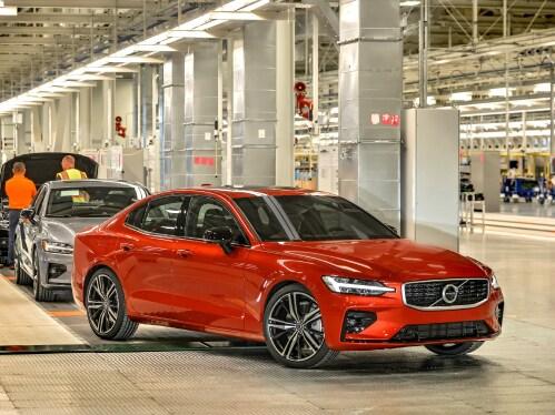 Ένα κόκκινο Volvo S60 βγαίνει από τη γραμμή παραγωγής.