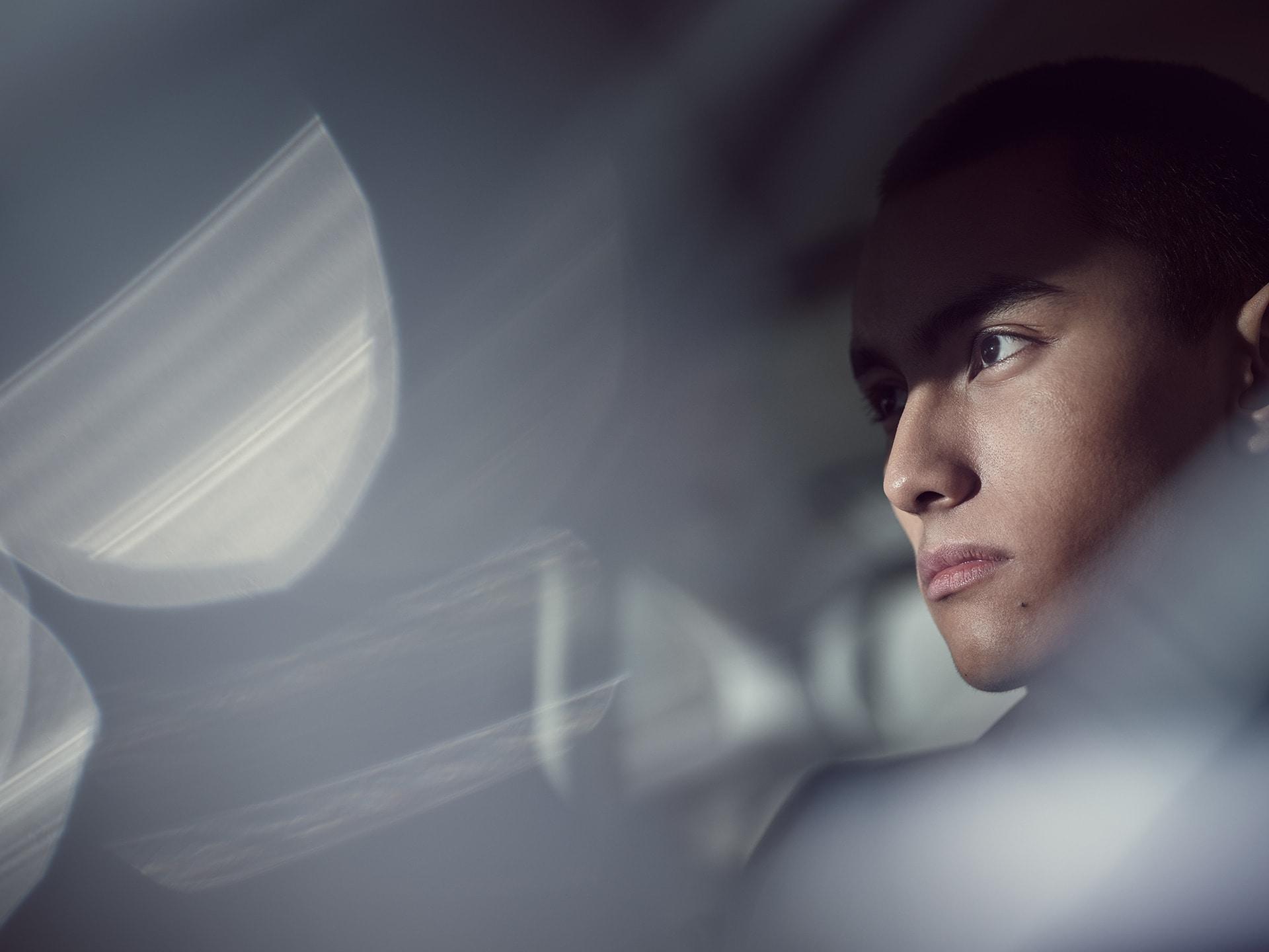 Κοντινή λήψη ενός άνδρα στο πίσω κάθισμα ενός Volvo S90 Recharge.