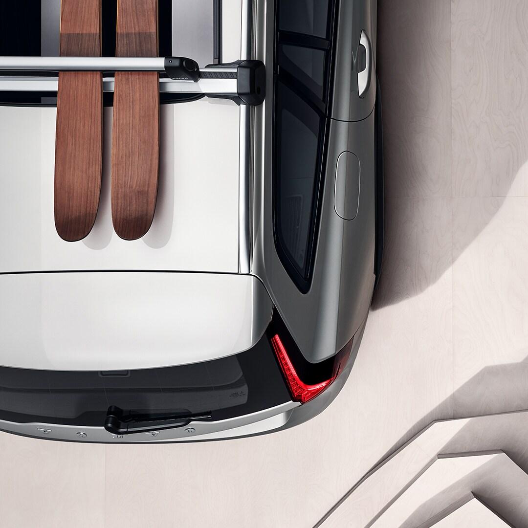 Ένα ζευγάρι σκι στην οροφή ενός Volvo V60 Cross Country.