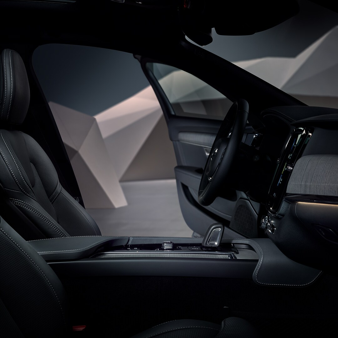 Το εσωτερικό ενός Volvo V90 Cross Country σε μαύρο design.