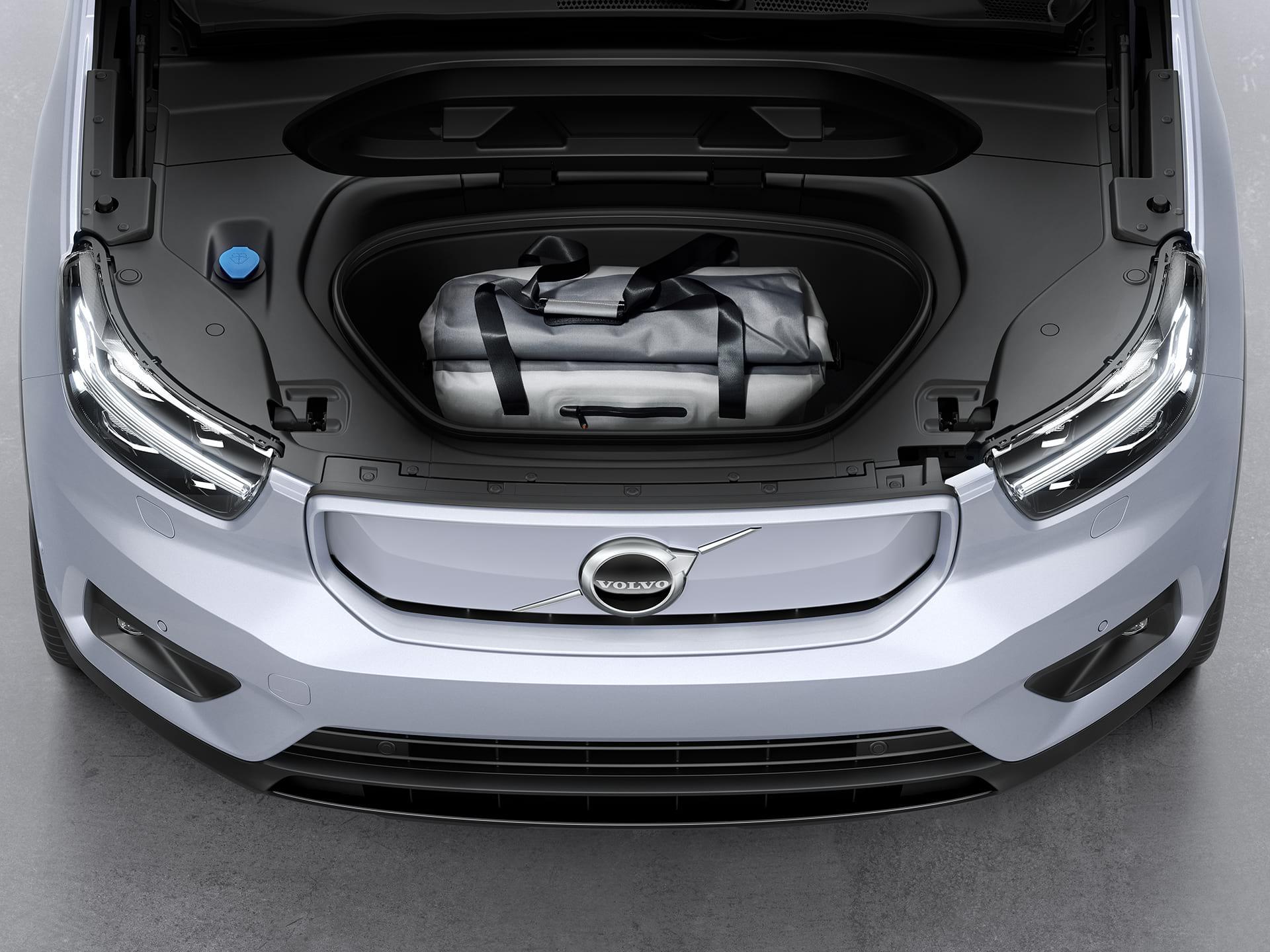 Ο μπροστινός αποθηκευτικός χώρος ενός Volvo XC40 Recharge που φιλοξενεί μια αθλητική τσάντα.