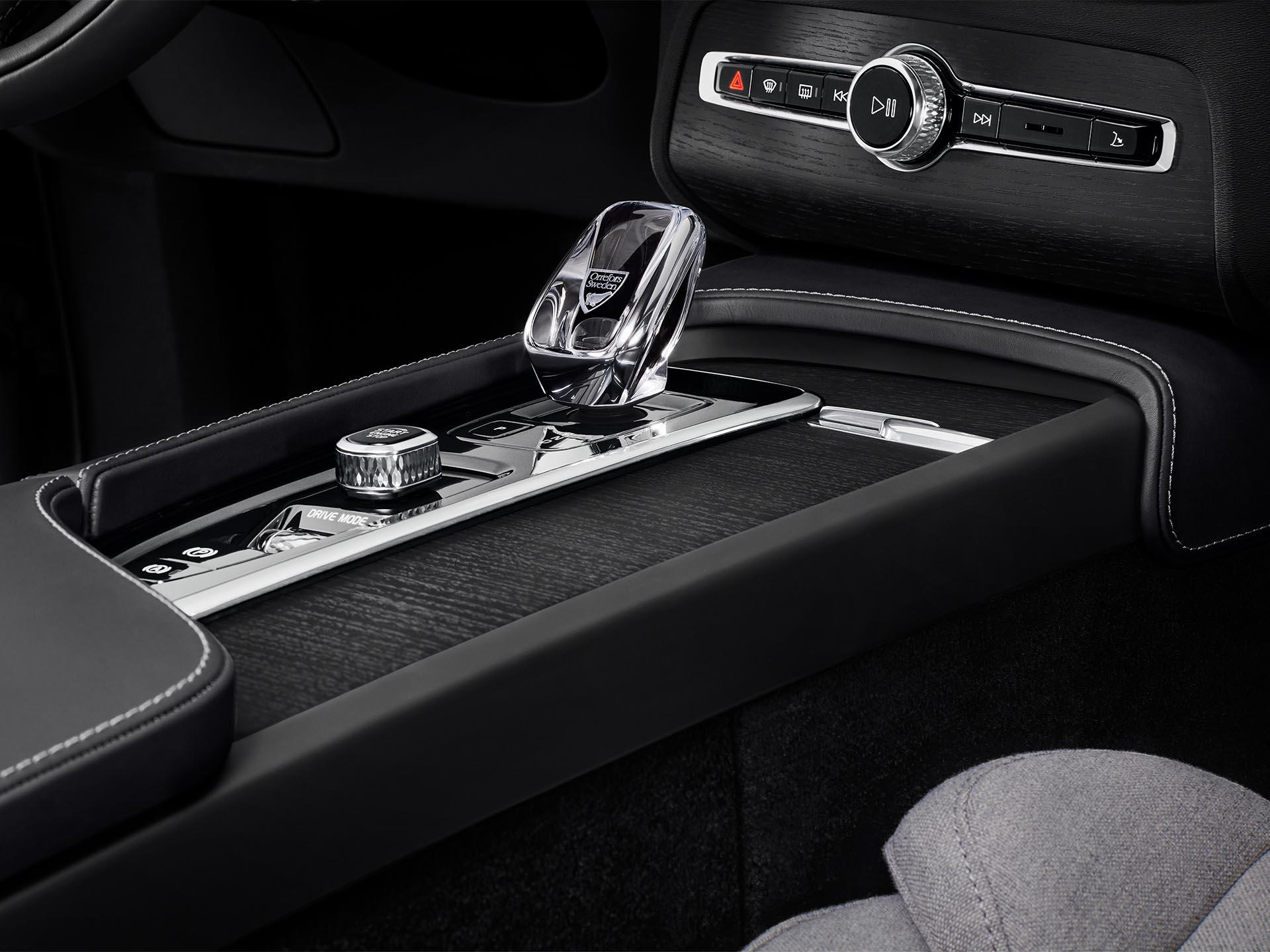 En el interior de un Volvo SUV, una palanca de cambios de cristal