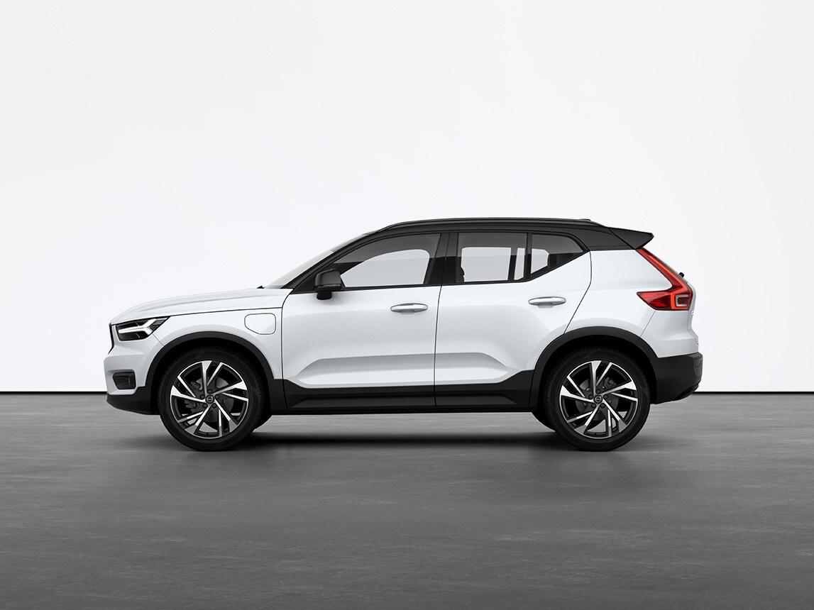 Kristalno bijeli plug-in hibridni SUV Volvo XC40 Recharge u mirovanju na sivom tlu u studiju