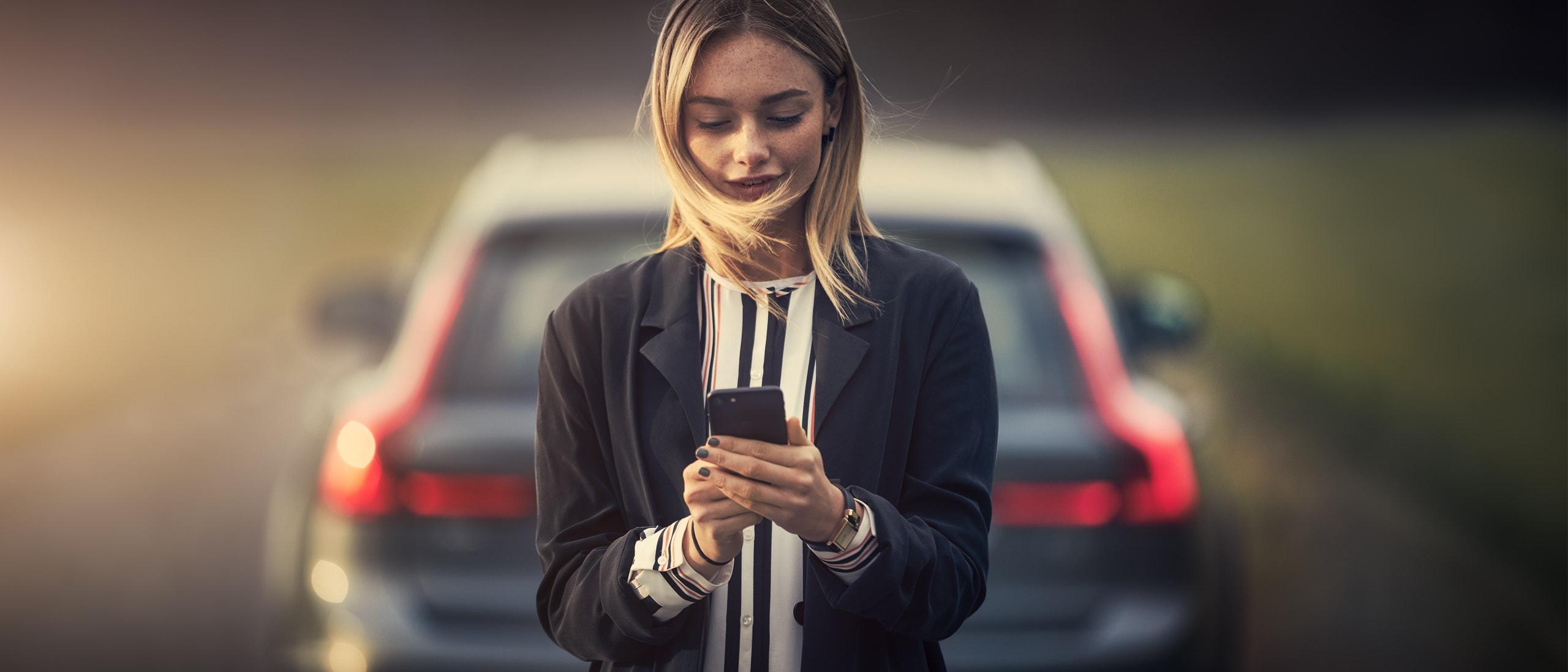 Hölgy nézi a Volvo Cars app szervizfoglalását