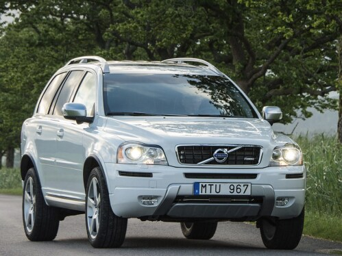 Szürke Volvo XC90 vidéki úton halad.