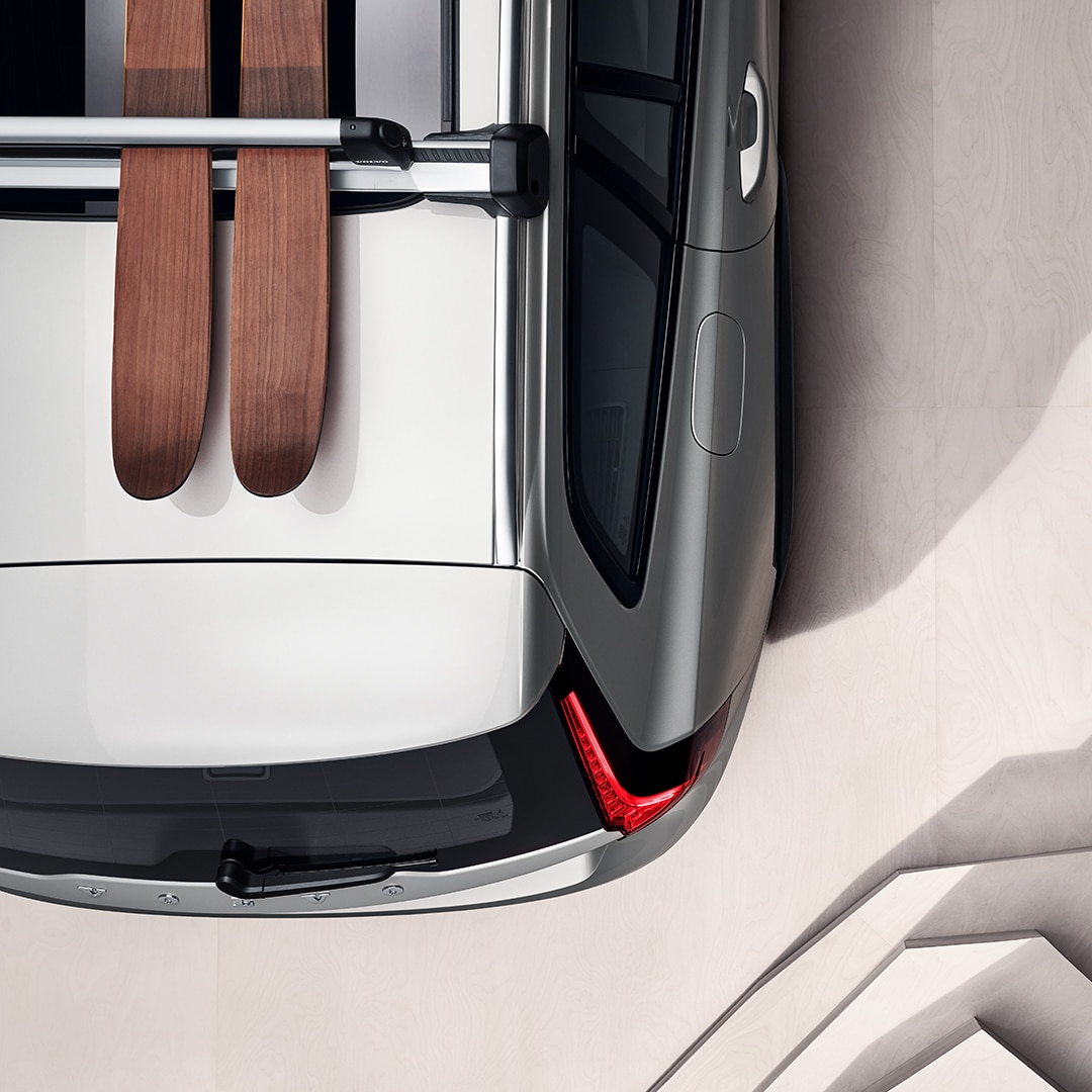 Egy pár síléc a Volvo V60 Cross Country tetején.