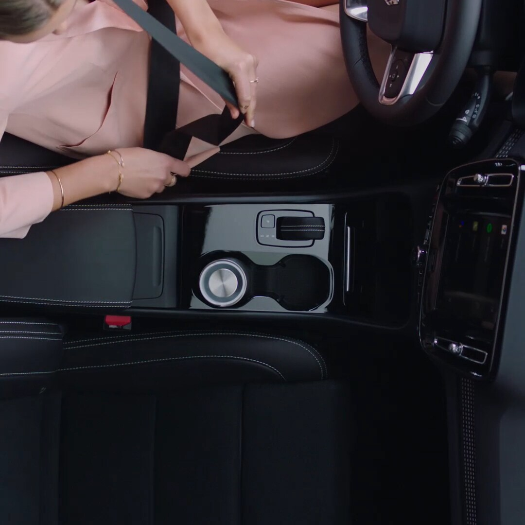 Egy Volvo XC40 Recharge fekete belső tere.