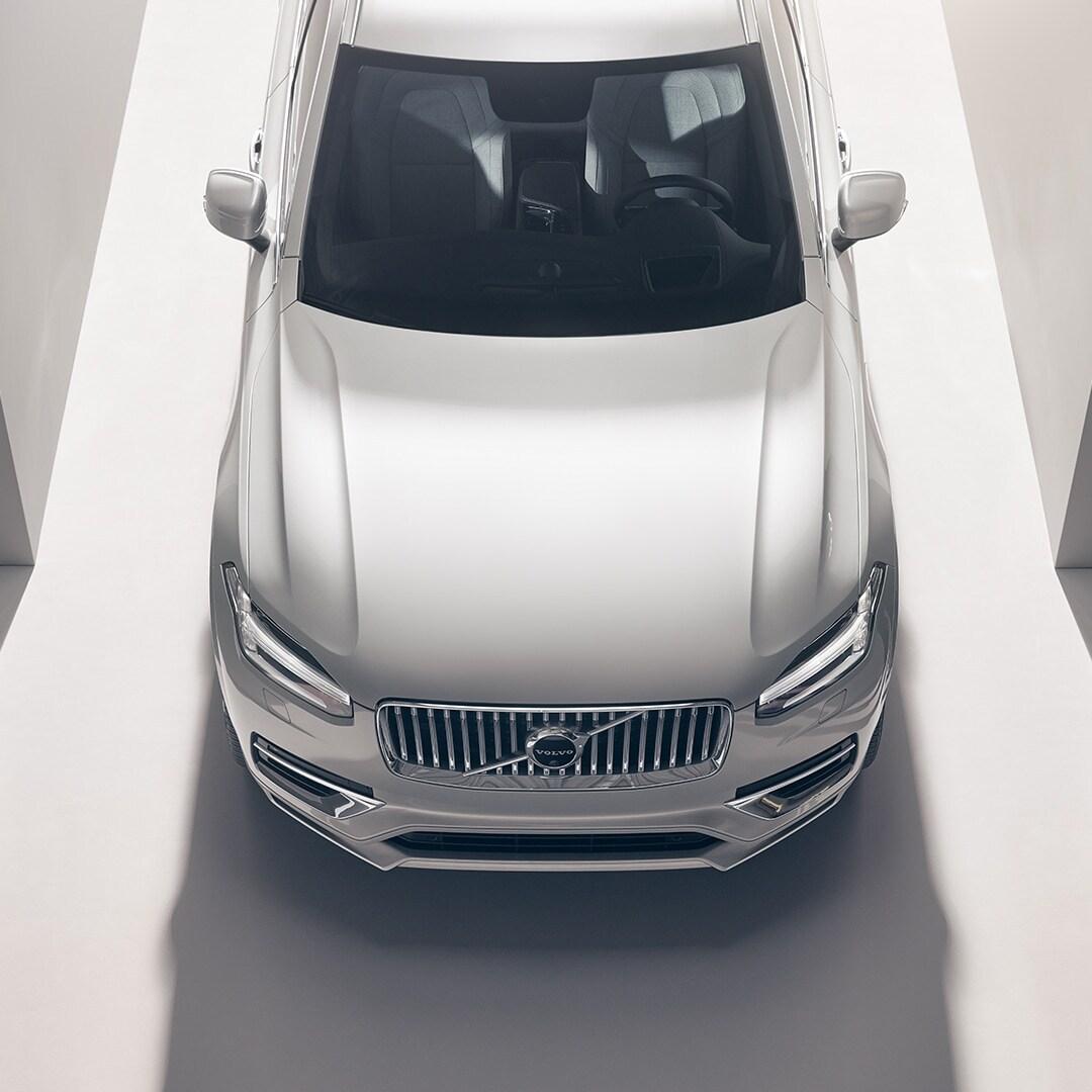 Egy Volvo XC90 felülnézetből.