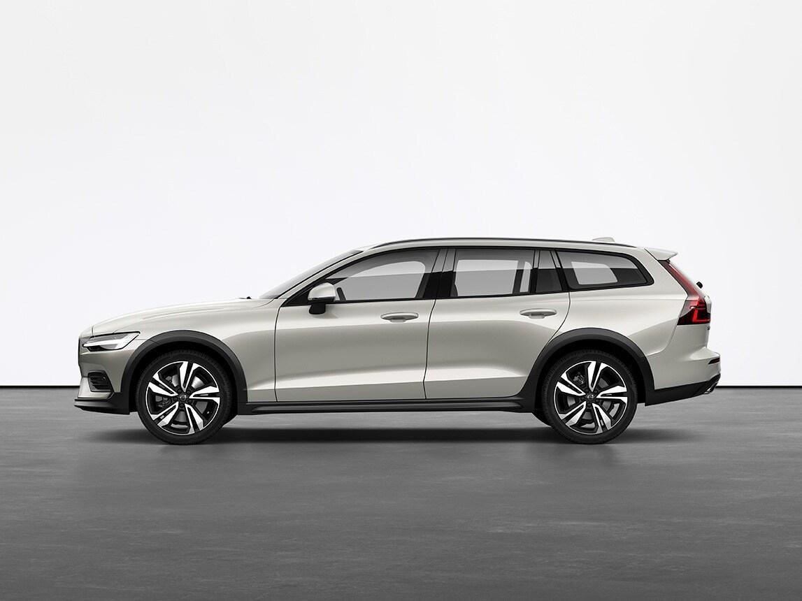 Una station wagon Volvo V60 Cross Country nel colore Birch Light ferma sul pavimento grigio in uno studio