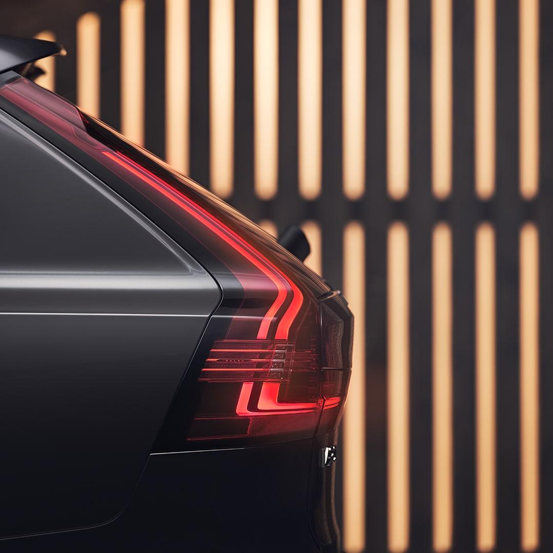 Il design interno di una Volvo V90 con sedili in misto lana grigi.