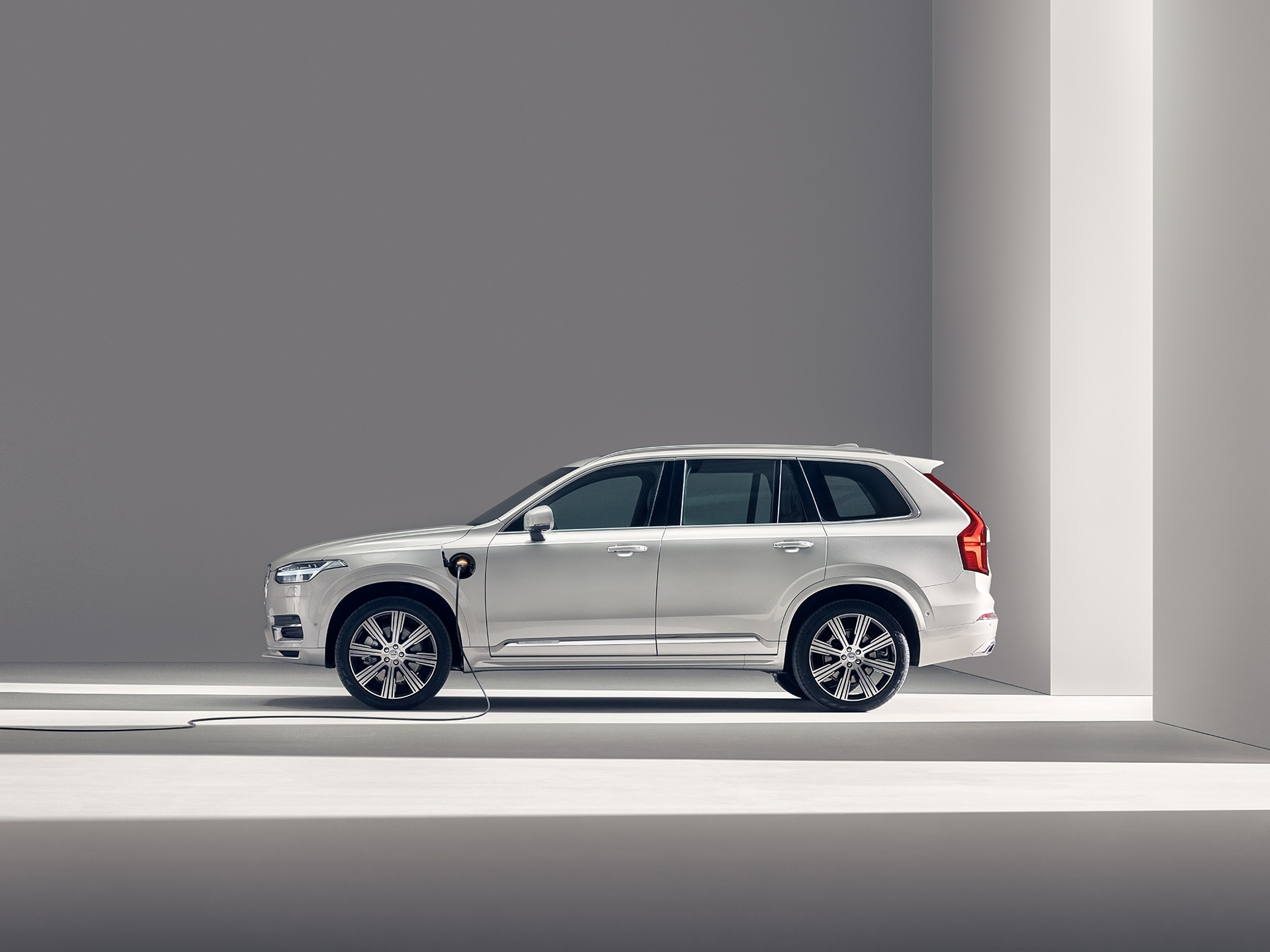 Una Volvo XC90 Recharge in carica