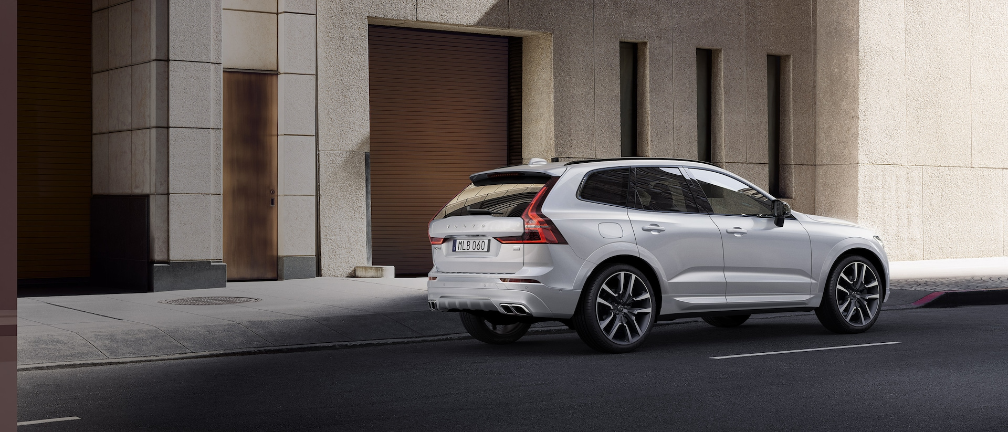 Volvo XC60 SUV Plug-in hybrid in città
