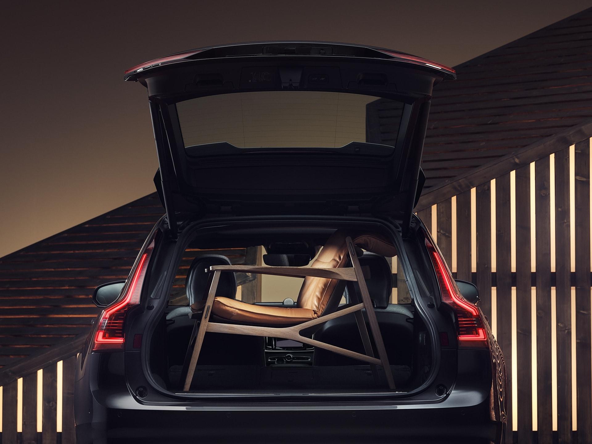 Il portabagagli di una Volvo V90, con un'elegante poltrona marrone dentro