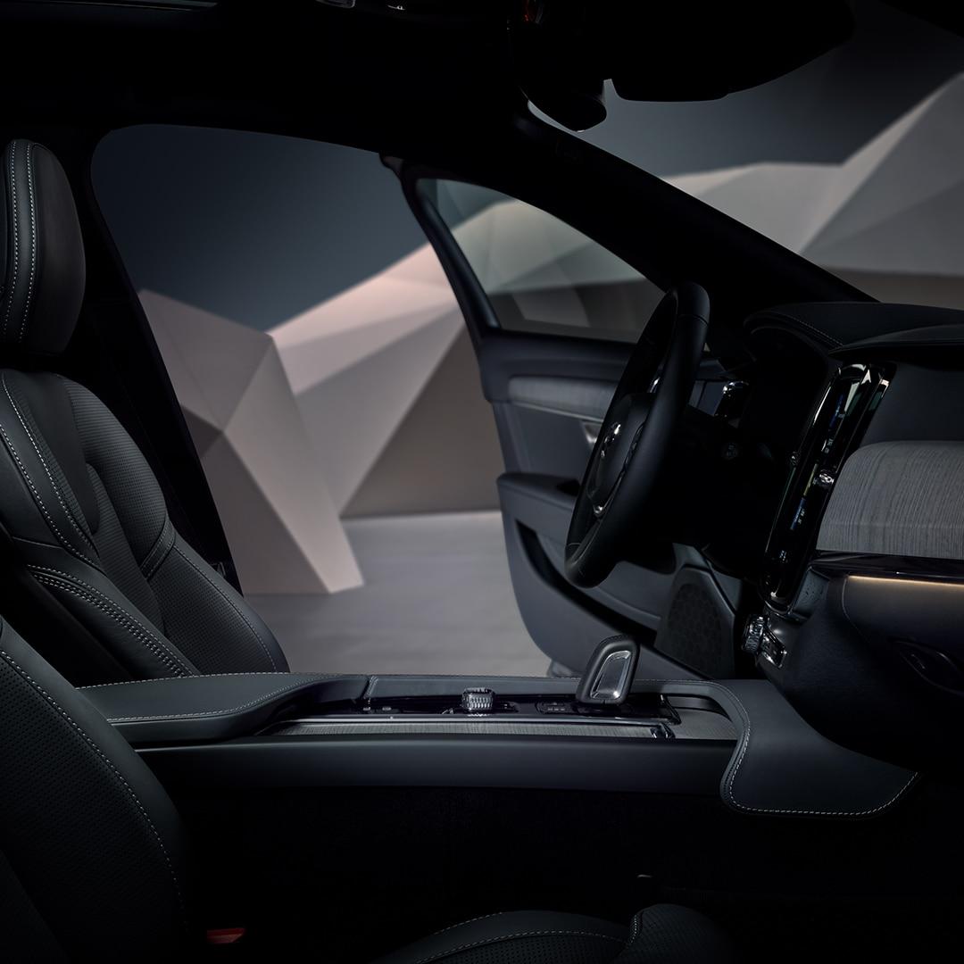 "Juodas ""Volvo V90 Cross Country"" interjeras."