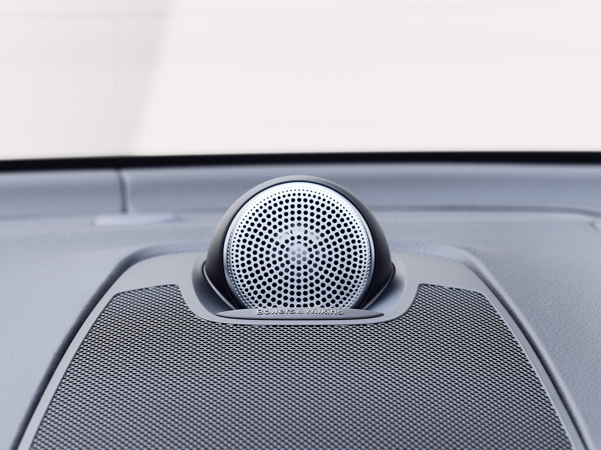 """Bowers & Wilkins"" garsiakalbiai ""Volvo XC60 Recharge"" viduje."