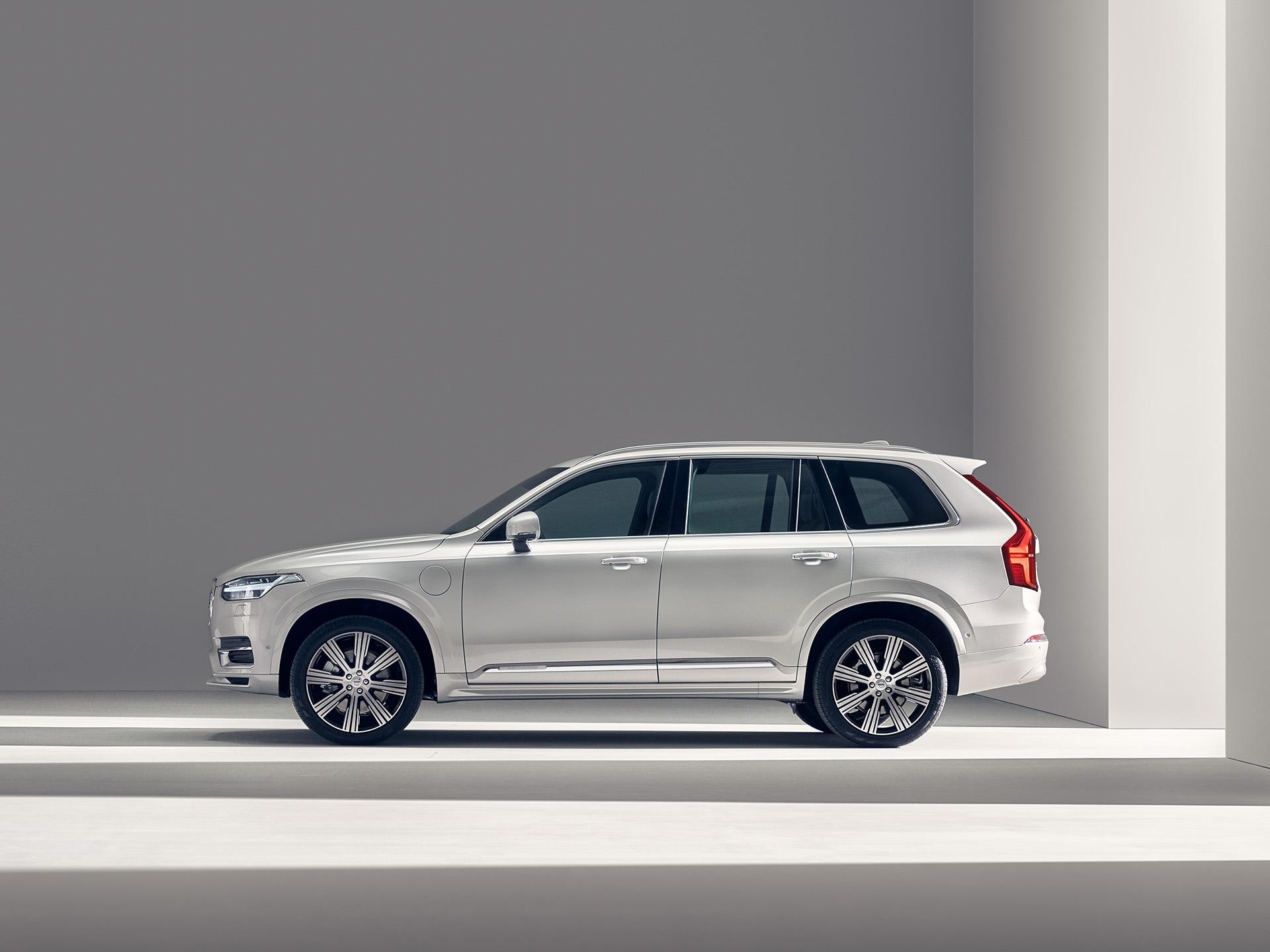 SUV Volvo XC90 Recharge blanc en charge